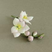 Брошь ветка с белыми цветами фрезии и бледно-розовыми бутонами
