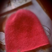 фото: яркая шапка