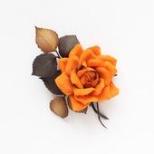 Брошь яркая оранжевая роза коричневые листья