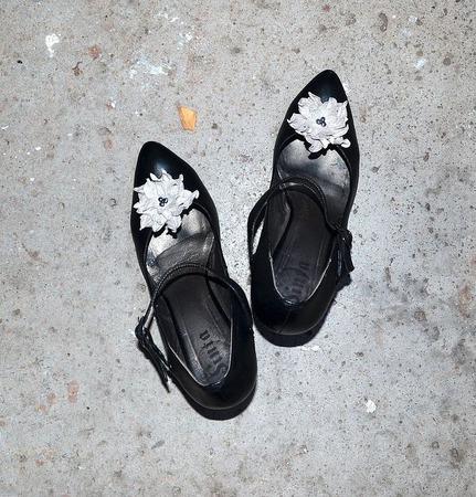 Клипсы для туфель и брошь , серебристая кожа жемчуг ручной работы на заказ