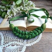 Колье коса зелёная из шёлка окрашеного вручную украшена бисером