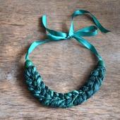 Колье коса тёмно изумрудно зелёная из шёлка окрашенного вручную