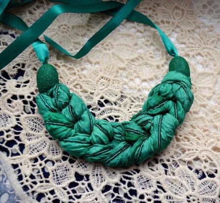 Колье коса тёмно изумрудно зелёная из шёлка окрашенного вручную ручной работы на заказ