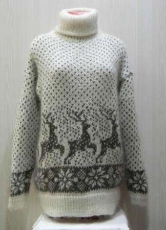 Белый свитер с оленями ручной работы на заказ