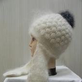 Белая шапочка-ушки с помпоном