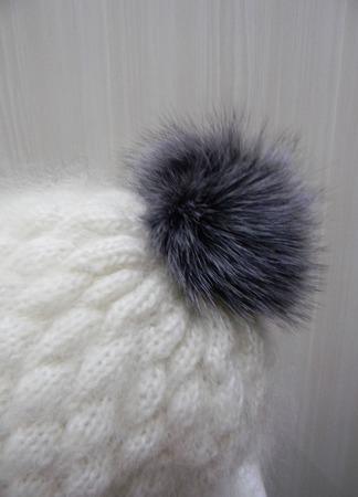 Белая шапочка-ушки с помпоном ручной работы на заказ