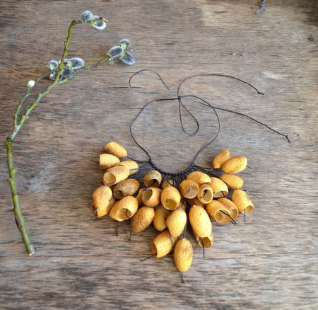 Колье золотисто охра коричневое из окрашенных коконов шелкопряда ручной работы на заказ