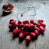 Колье красно чёрное  из окрашенных коконов шелкопряда