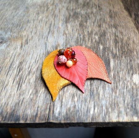 Брошь из кожи осенние листья с бусинами кожаная брошь ручной работы на заказ