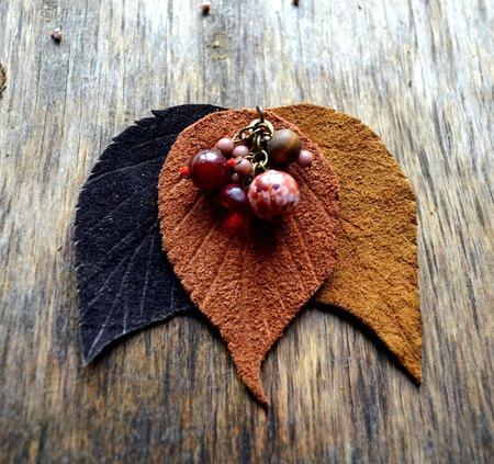 Осенняя брошь из кожи осенние листья с бусинами подарок женщине ручной работы на заказ