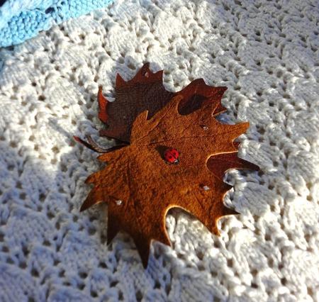 Брошь листья клёна натуральная кожа ручной работы на заказ