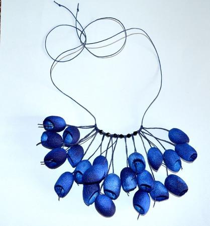 Колье синее из окрашенных коконов шелкопряда, синее колье ручной работы на заказ