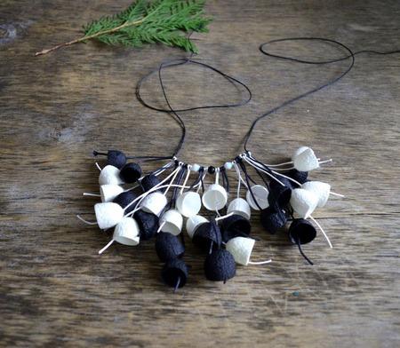 Колье чёрно белое из коконов шелкопряда и бусин колье бохо подарок дев ручной работы на заказ