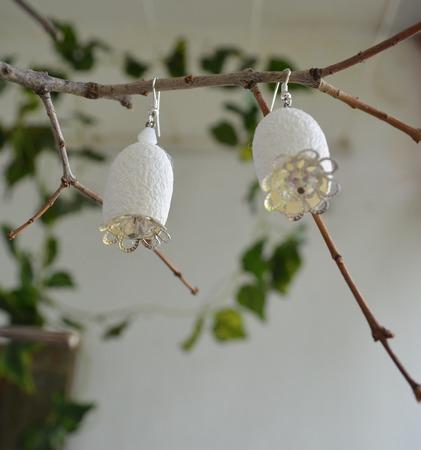 Колье белое  из окрашенных коконов шелкопряда ручной работы на заказ