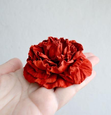 Роза брошь из кожи замши цветок роза кораллово красная ручной работы на заказ