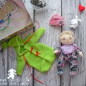 Текстильная кукла Пупс, с комплектом съемной одежды в коробке.