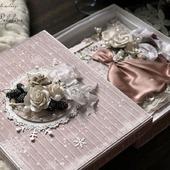 Открытка С новым годом в коробке бежевый белый подарок новый год