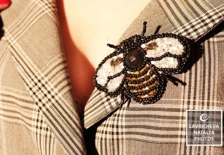 """Брошь из бисера """"Пчела"""" ручной работы на заказ"""