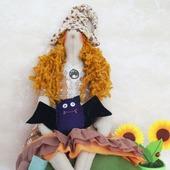 Тильда ведьмочка с брошью летучей мышкой. Украшение к Хэллоуину!