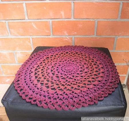 Вязаная салфетка круглая бордово-оранжевая ручной работы на заказ