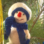 Вязанная новогодняя игрушка Снеговик.