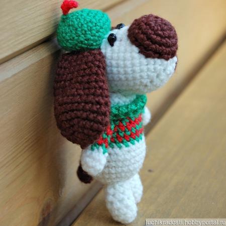 Вязаная игрушка собачка в свитере и в шапочке ручной работы на заказ