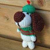 Вязаная игрушка собачка в свитере и в шапочке