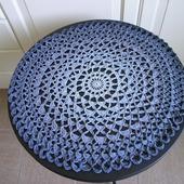 Вязаная салфетка круглая серо-голубая