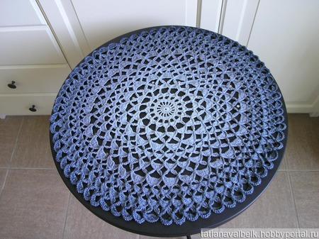 Вязаная салфетка круглая серо-голубая ручной работы на заказ