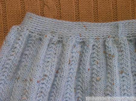 Вязаная юбка голубая средней длины ручной работы на заказ