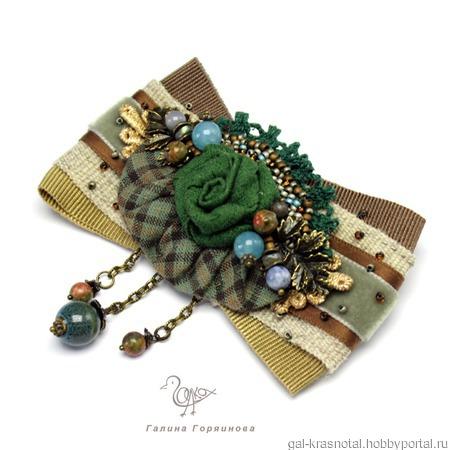 Брошь-бант зеленая с натуральными камнями с подвесками ручной работы на заказ
