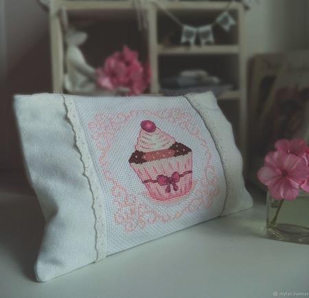 Косметичка с вышивкой Сладкоежка ручной работы на заказ