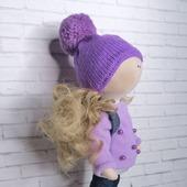 Кукла в сиреневой кофточке и джинсах