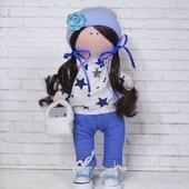 Кукла в кофте со звездочками и джинсах.