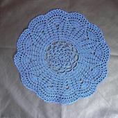 Вязаная салфетка круглая синяя