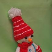 Снеговик в красной шапочке и шарфике. Вязаная игрушка.