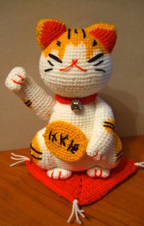 Вязаная мягкая игрушка котик Манэки-Нэко ручной работы на заказ