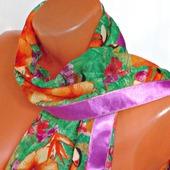 """Зеленый палантин ручной работы из ткани """"Оранжевый попугай"""" модель 2"""