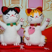 Котик  Манэки-Нэко. Вязаная мягкая игрушка. Сувенир, приносящий удачу.