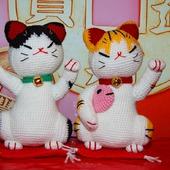 Вязаная мягкая игрушка котик Манэки-Нэко