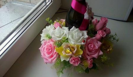 Подарочное украшение шампанского цветами с конфетами ручной работы на заказ