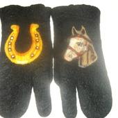 Трёхпалые рукавицы из тонкого войлока с оригинальным рисунком