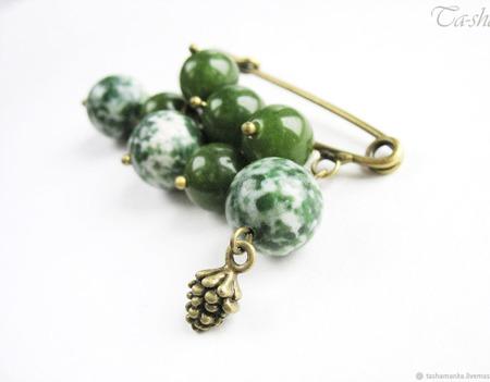 """Брошь булавка """"Кедр"""" с камнями зеленая яшма шишка ручной работы на заказ"""