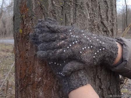 Пуховые перчатки с бусинами - вязанные спицами,ажурные. Козий пух. ручной работы на заказ