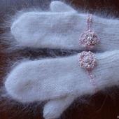 """Пуховые варежки-рукавицы ,украшены вышивкой """"Новогодний подарок""""."""