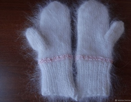 """Пуховые варежки-рукавицы ,украшены вышивкой """"Новогодний подарок"""". ручной работы на заказ"""