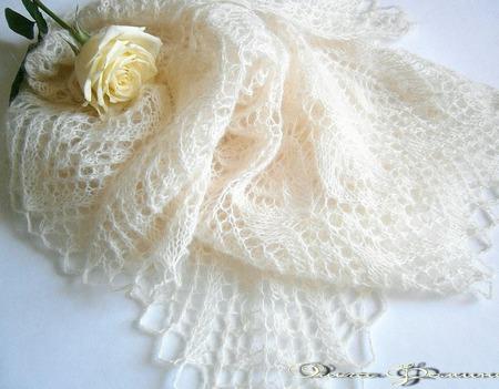 Ажурная свадебная пуховая шаль Айвори ручной работы на заказ