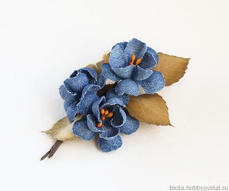 Джинсовая брошь синие цветы коричневые листья ручной работы на заказ