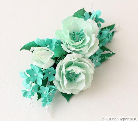 Крупная мятно-зеленая брошь с белыми цветами ручной работы на заказ