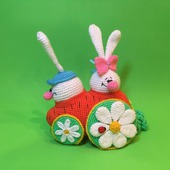Вязаная игрушка Зайцы в морковкомобиле